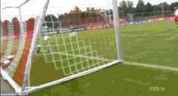 Enlace a GIF: Müller reta a Guardiola al juego de las latas ¿Sabes quién ganará?