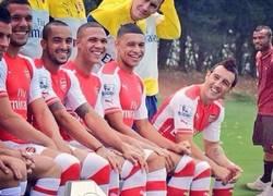 Enlace a Podolski sube una foto con el equipo y pone a Ashley Cole de fondo