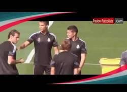 Enlace a VÍDEO: Crece la crispación en el Madrid. Cristiano echa a James de su rondo