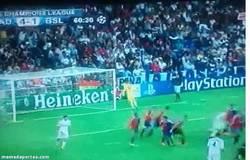 Enlace a GIF: Ramos enviando la pelota a su primo en la grada, por una vez que visitaba Madrid