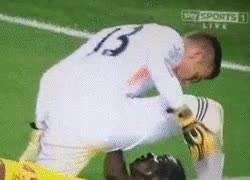 Enlace a GIF: Adrián le pide a Balotelli que le haga un trabajito y parece que éste no se lo toma muy bien