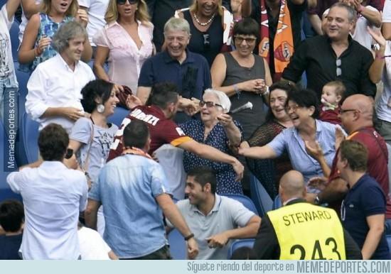 390310 - El abrazo de Alessandro Florenzi a su abuela después de meter el 2-0