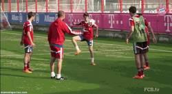 Enlace a GIF: Pep Guardiola pierde un rondo y sale huyendo para evitar el castigo