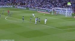 Enlace a GIF: Y Cristiano no falla su penalti. ¿A quién le regalará el próximo el árbitro?