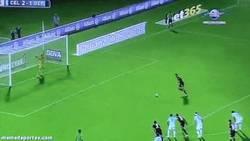 Enlace a GIF: Paradón de Sergio que evitaba el empate del Depor en en derbi