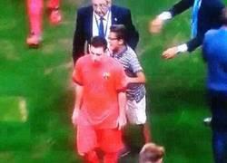Enlace a GIF: Messi ignorando a otro niño. Es que mira que son inoportunos