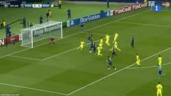 Enlace a GIF: Gol de David Luiz a balón parado que adelantaba al PSG