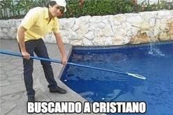 Enlace a Buscando a Cristiano en la piscina