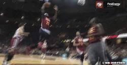 Enlace a GIF: Kyrie Irving y LeBron James ya comienzan a hacer diabluras juntos en Cleveland
