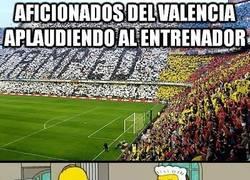 Enlace a Aficionados del Valencia aplaudiendo al entrenador