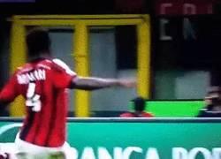Enlace a GIF: Golazo de Muntari para poner el 1-0 a favor del Milan