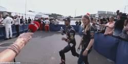 Enlace a GIF: Daniel Ricciardo es un cachondo, y lo sabes
