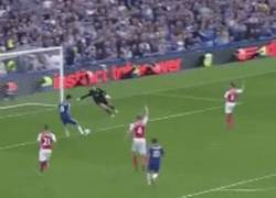 Enlace a GIF: No todo son goles lo de Diego Costa, también falla goles cantados