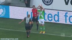 Enlace a GIF: Extraña agresión vista en la Bundesliga