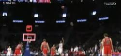 Enlace a GIF: El canastón desde el centro de la pista de Brandon Jennings ante los Bulls de Gasol.
