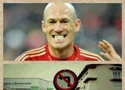 Enlace a Sólo hay dos cosas seguras en esta vida: La muerte y Robben driblando hacia la izquierda para chutar