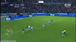 Enlace a GIF: El gol de Chicharito con México ante Honduras. Afinando la puntería de cara al Clásico
