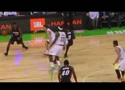 Enlace a VÍDEO: Lebron James se olvida de que ya no juega en Heat y bloquea a un compañero suyo