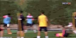 Enlace a GIF: Se toma el Fut-tenis algo personal, ¡Menuda chilena de Adama!