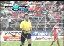 Enlace a VÍDEO: Expulsan a portero en Honduras por tocar trasero del rival. WTF máximo
