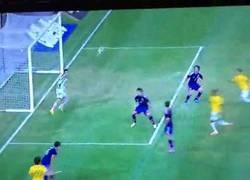 Enlace a GIF: El gol del póker de Neymar ante Japón. 40 goles con la canarinha