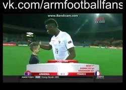 Enlace a VÍDEO: Niño se enfada con Pogba después que éste le ofrezca sus shorts en vez de su camiseta