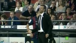 Enlace a GIF: ¿Dio Messi la espalda a Luis Enrique cuando quiso cambiarlo?