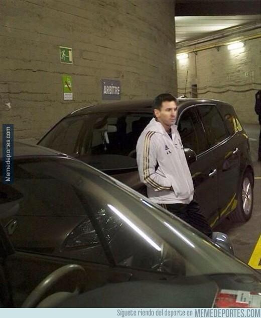 401168 - Messi espera a Luis Enrique en el parking tras su cambio anoche
