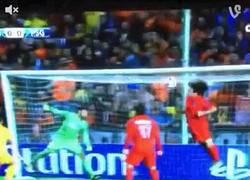 Enlace a GIF: David Luiz siempre salvando goles en la línea. Ayer en el Apoel - PSG