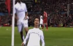 Enlace a GIF: Celebración épica de Cristiano. Le tenía ganas a Anfield