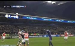 Enlace a GIF: El Arsenal se complica la vida y empieza perdiendo contra el Anderlecht