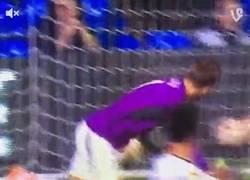 Enlace a GIF: Expulsaron al portero en el Tottenham vs Asteras. Kane se las quiso dar de héroe. Así le fue: