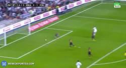 Enlace a GIF: 3-1 para el Madrid que casi sentencia el clásico. Gol de Benzema