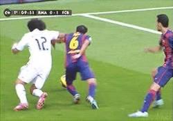 Enlace a GIF: Detalles del clásico: caño de tacón de Marcelo a Xavi