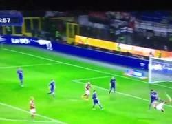 Enlace a GIF: Espectacular remate de Fernando Torres al más puro estilo Zlatan #daretozlatan