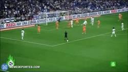 Enlace a GIF: Y con este gol al Valencia, Cristiano consigue el premio al mejor gol de la Liga 2013/14