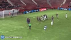 Enlace a GIF: Golazo de falta de Arbilla que empata el partido 1-1 ante el Barça