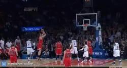 Enlace a GIF: Carmelo Anthony se come el amago de Pau Gasol y éste la clava sobre la bocina