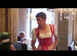 Enlace a GIF: A Müller le queda bien el rosa