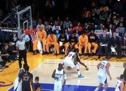 Enlace a GIF: Recién salido de una lesión y con 36 años, Kobe Bryant es capaz de hacer esto