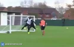 Enlace a GIF: Balotelli marca en los entrenamientos lo que no hace en los partidos