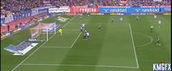 Enlace a GIF: El Atlético de Madrid se pone por delante con un gol de Griezzman de cabeza