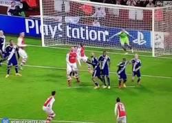 Enlace a GIF: Alexis es tan bueno que el mismo se asiste con la barrera en sus goles