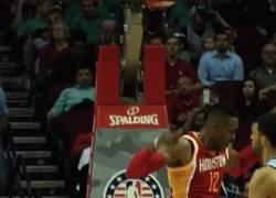 Enlace a GIF: Dwight Howard pasó por encima a los Spurs con 32 puntos y 16 rebotes