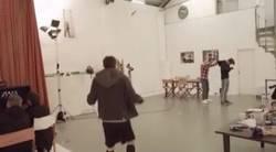 Enlace a GIF: Lallana mete el balón en la capucha con un increíble pase