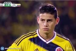 Enlace a GIF: James Rodríguez estaba que echaba fuego literalmente en el último partido de Colombia