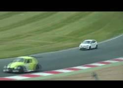 Enlace a VÍDEO: Un tío se cuela con su coche en una carrera en Inglaterra, le caerán 8 meses de cárcel
