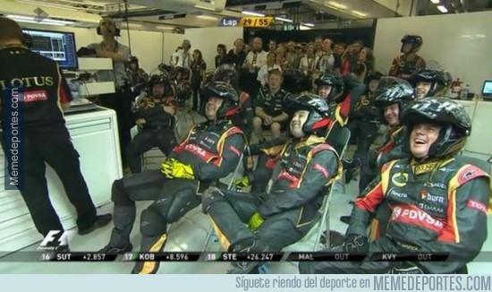 414553 - La reacciones de risas del equipo de Lotus tras el incendio en el coche de Maldonado