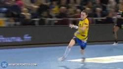 Enlace a GIF: Acrobático gol de Kristina Liscevic con giro de 360º