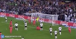 Enlace a GIF: Y cuando la gente ya se iba del campo ¡gol de Busquets!